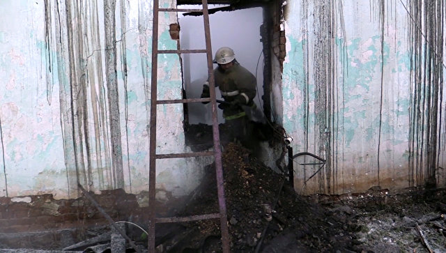 Сотрудник МЧС РФ в пострадавшем от пожара частном доме в Новосибирской области. 3 декабря 2017
