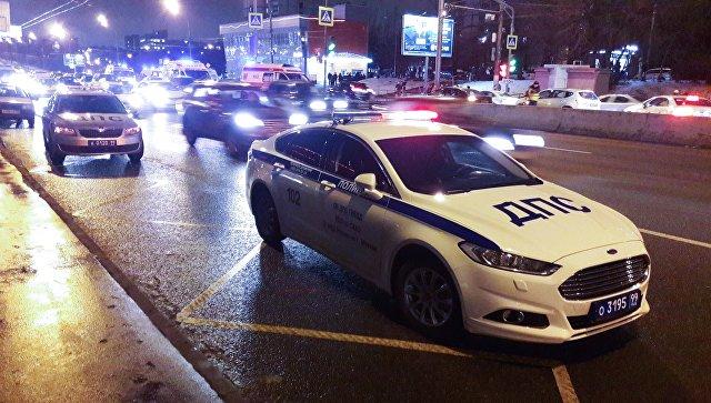 Машина ДПС на месте ДТП с участием автомобиля Skoda на Алтуфьевском шоссе. 3 декабря 2017