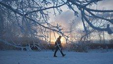 Прохожий на улице зимой. Архивное фото