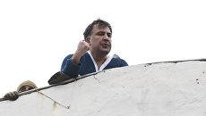 Михаил Саакашвили на крыше здания во время обыска его квартиры в Киеве