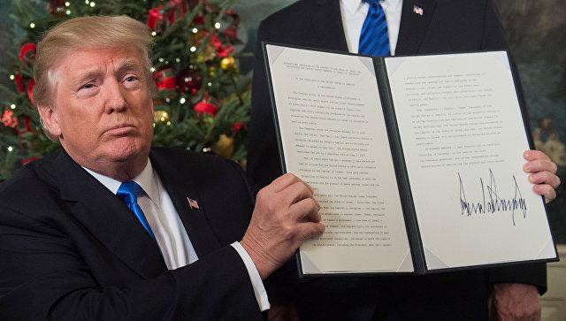 Президент США Дональд Трамп показывает меморандум о признании Иерусалима столицей Израиля. 6 декабря 2017