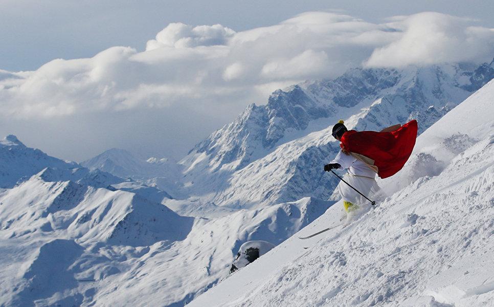 Человек в костюме Санта-Клауса на горнолыжном курорте Вербье во время Дня Святого Николая, Швейцария. 2 декабря 2017 года