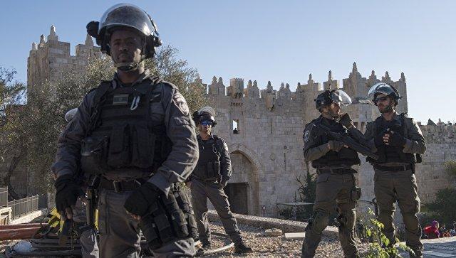 Сотрудники правоохранительных органов в ходе столкновений с участниками протестов в Иерусалиме. 8 декабря 2017