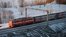 Пассажирский поезд дальнего следования. архивное фото