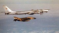 Истребитель F-4 Phantom выполняет фигуру высшего пилотажа