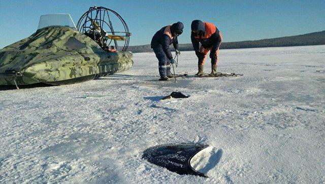 На месте обнаружения обломков вертолёта на льду залива Кочегаринский Братского водохранилища, Иркутская область. 11 декабря 2017