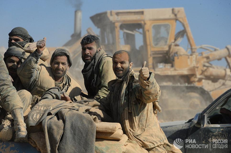 Бойцы сирийской армии и отрядов ополчения на подступах к городу Эль-Карьятейн, захваченному террористами