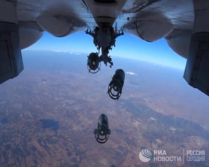 Сброс авиабомб на объекты Исламского государства* в Сирии с самолета Воздушно-космических сил РФ (стоп-кадры с видео)