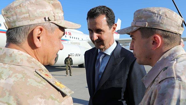 Президент Сирии Башар Асад и министр обороны России Сергей Шойгу на авиабазе Хмеймим в Сирии. 11 декабря 2017