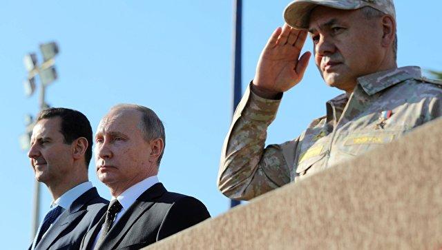 Президент РФ Владимир Путин, президент Сирии Башар Асад и министр обороны России Сергей Шойгу на авиабазе Хмеймим в Сирии. 11 декабря 2017