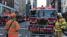 Пожарные у автовокзала Порт-Аторити в Нью-Йорке после сообщения о взрыве. 11 декабря 2017