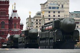 Подвижный грунтовый ракетный комплекс (ПГРК) Ярс с РС-24 на военном параде на Красной площади