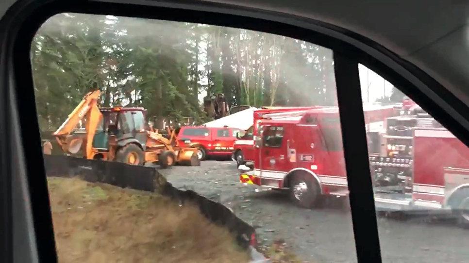 ВСША пассажирский поезд рухнул наоживленную магистраль