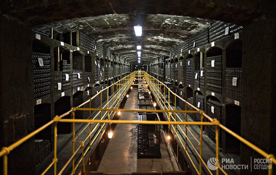 Коллекция вин «Массандры» – одна из самых крупных в мире и самая богатая по разнообразию. Всего здесь около миллиона бутылок. Старейшим является Херес-де-ла-Фронтера 1775 года.