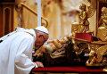 Папа Римский Франциск во время рождественской мессы в соборе святого Петра в Ватикане