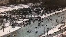 Автобус въехал в толпу у метро Славянский бульвар. Съемка камеры слежения