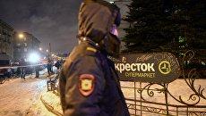 Сотрудники полиции и МЧС у входа в магазин Перекресток в Санкт-Петербурге, где произошел взрыв. 27 декабря 2017