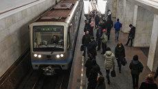 Пассажиры на одной из станций московского метро. Архивное фото