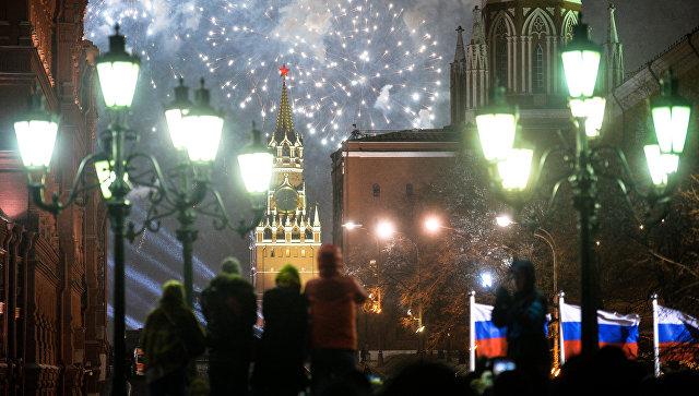 Жители Москвы и туристы во время празднования Нового года на Манежной площади в Москве. Архивное фото