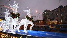 Новогодняя инсталляция, украшенная яркими светодиодными огнями, в Москве. Архивное фото