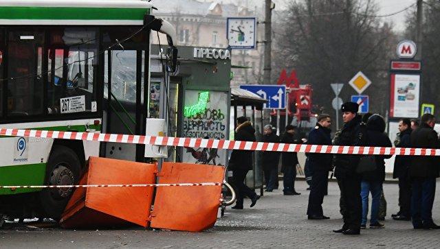 В Москве  рейсовый автобус протаранил остановку. Есть пострадавшие