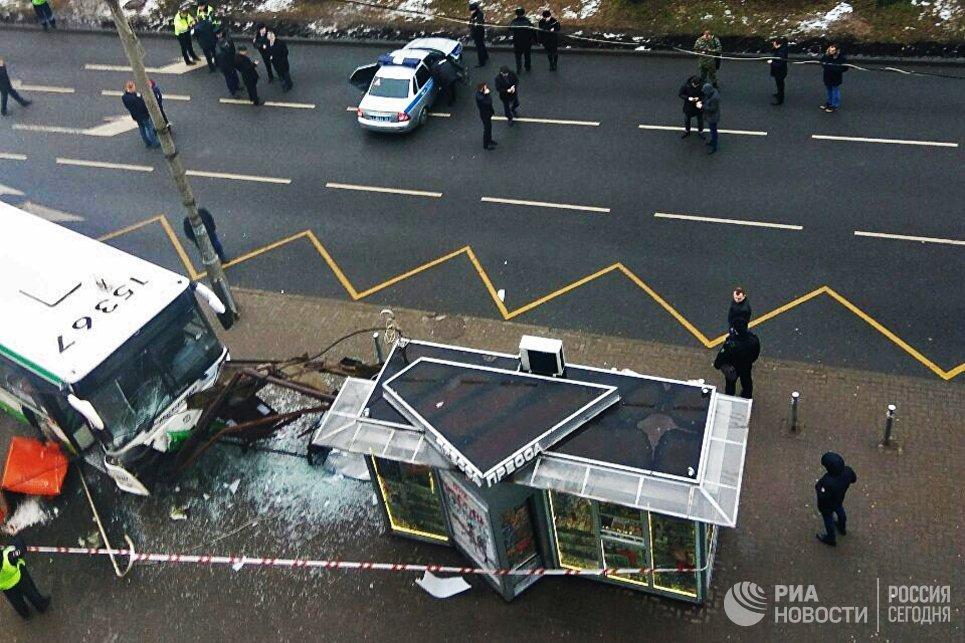 Пассажирский автобус въехал в остановку на Сходненской улице в Москве. 29 декабря 2017