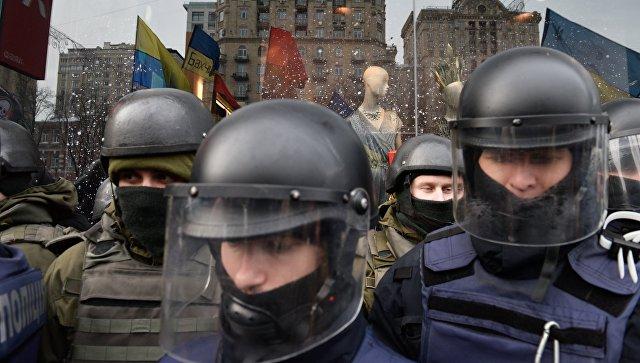 В Киеве у здания правительства начались столкновения митингующих с полицией