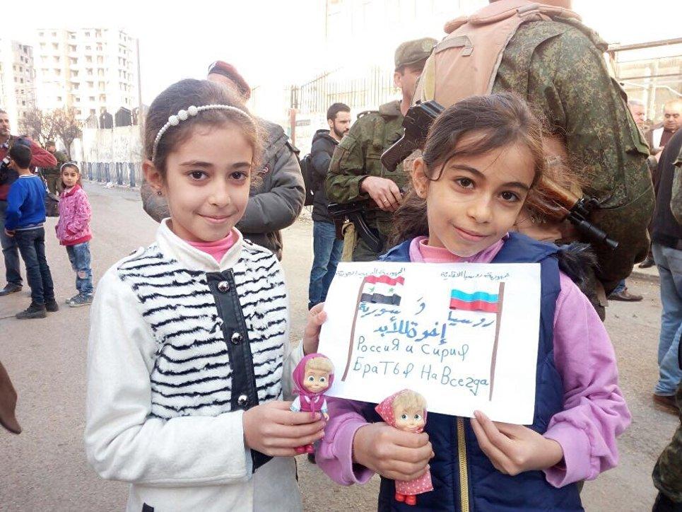 Русские военные привезли сирийским детям новогодние подарки отсверстников из РФ