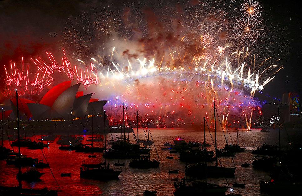 Праздничный салют во время празднования Нового года в Сиднее