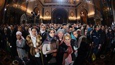 Верующие в храме Христа Спасителя в Москве во время Рождественского богослужения