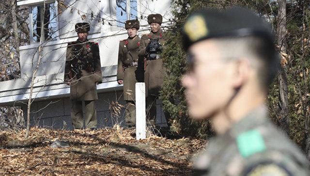 Военнослужащие КНДР и Южной Кореи на территории пограничного пункта Пханмунджом