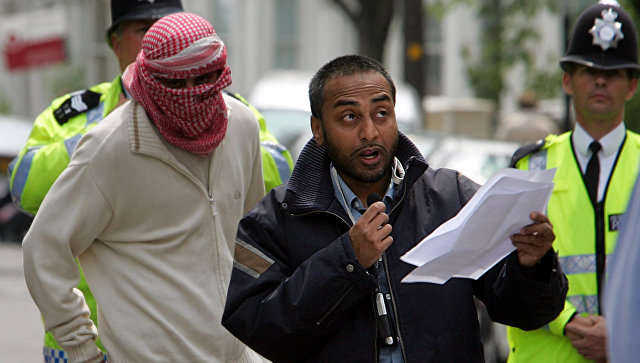 Абу Азиз читает заявление от имени радикального мусульманского шейха Абу Хамзы аль-Масри в Лондоне