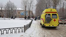 Автомобиль скорой помощи у школы № 127 в Перми. Архивное фото