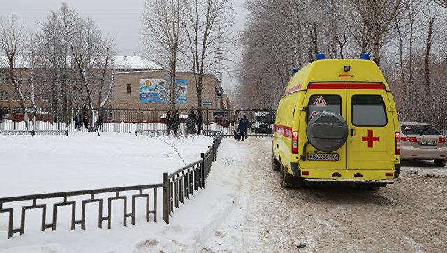 Автомобиль скорой помощи у школы № 127 в Перми . 15 января 2018