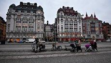 Люди на набережной в Старом городе Стокгольма. Архивное фото