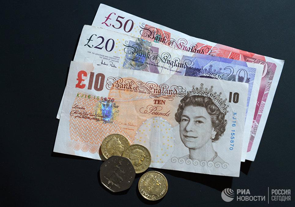Купюры и монеты фунтов разного номинала