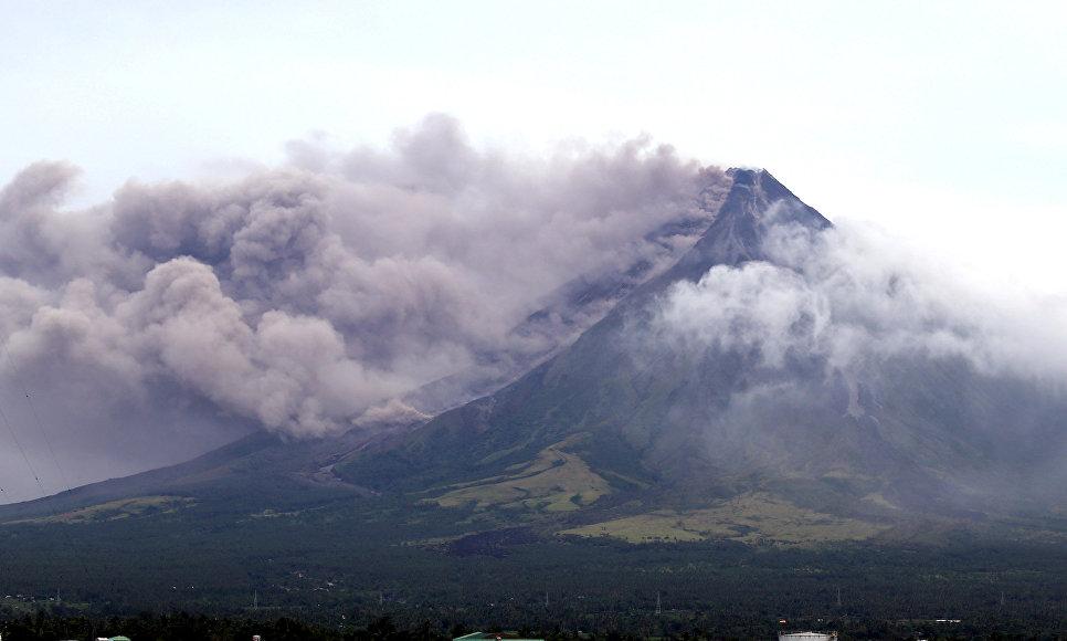 Выброс столба пепла вулканом Майон на Филиппинах. 16 января 2018