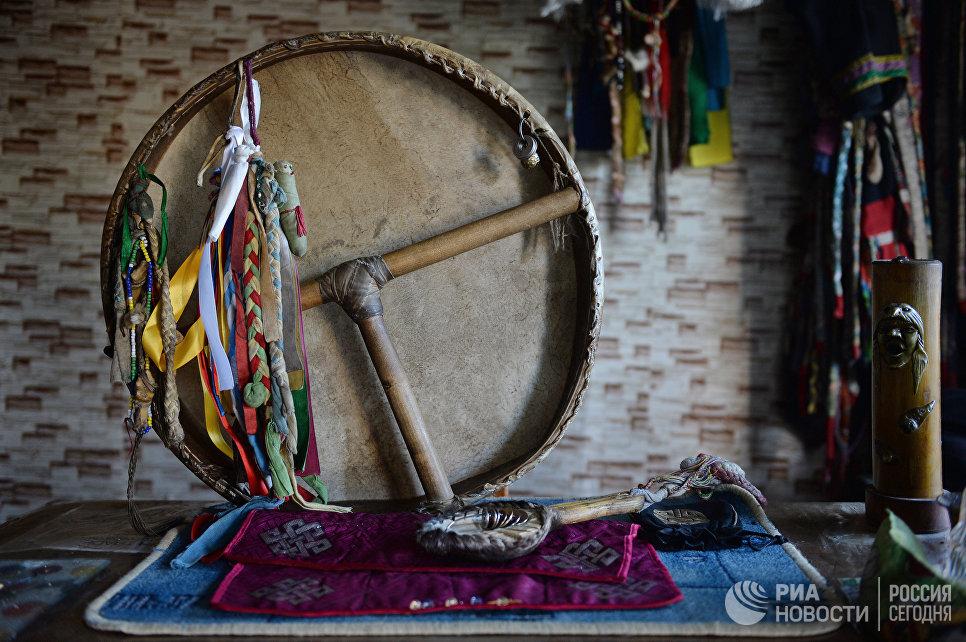 Шаманский бубен и колотушка. Бубен изготовлен из кожи горного козла. Бубен является важным шаманским атрибутом, считается, что именно он помогает шаману перенестись в мир духов и обратно. Бубен символизирует женское начало, а колотушка – мужское.