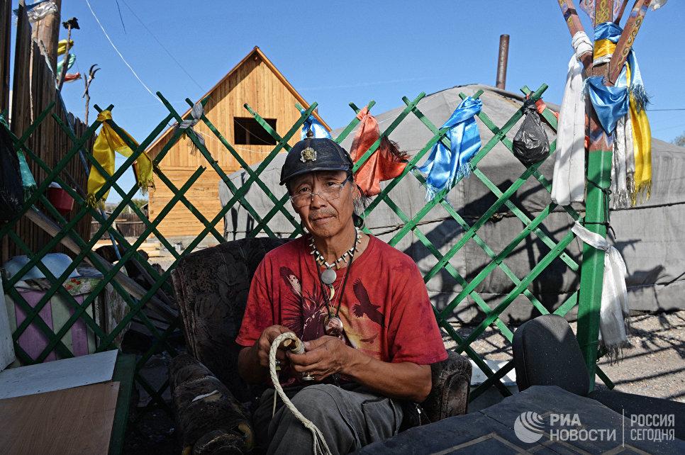 Шаман Сергей Оюн во дворе шаманского общества Адыг-Ээрен (Дух медведя) в Кызыле.
