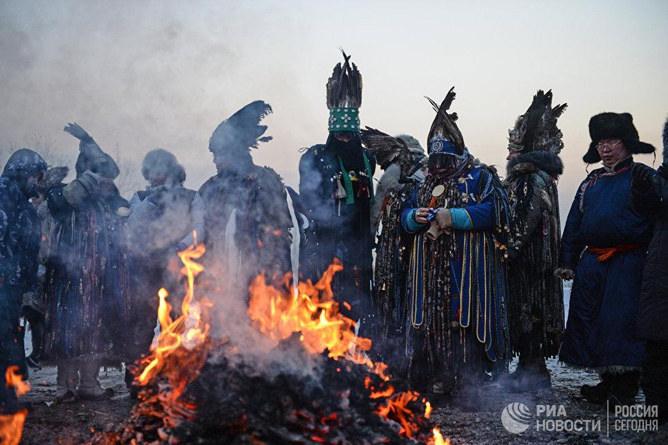 Шаманы проводят обряд Сан салыр (обряд встречи солнца, первые лучи которого означают наступление Шагаа, нового года по лунному календарю) в национальном парке культуры и отдыха, на берегу Енисея в Кызыле.