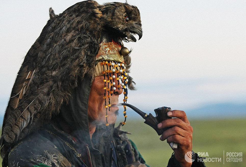 Шаман ожидает восхода солнца во время великого камлания к 9-летию  общества Дух медведя и 90-летнему юбилею образования Тувинской народной республики.