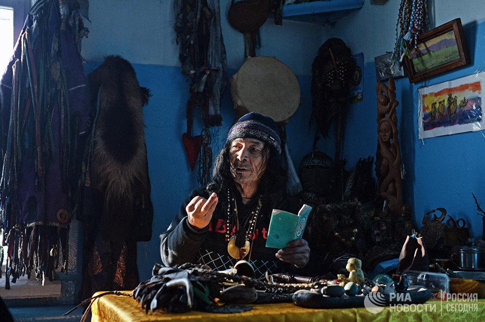 Шаман общества Адыг-Ээрен (Дух медведя) во время приема посетителя в одной из комнат дома, который занимает шаманское общество в Кызыле.