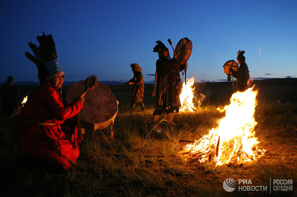 Шаманы принимают участие в великом камлании к 9-летию тэнгрианского общества Дух медведя и 90-летнему юбилею образования Тувинской народной республики.