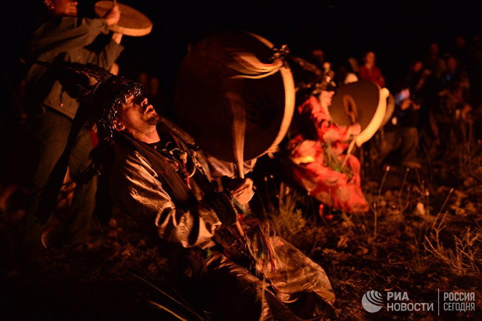 Шаман во время обряда на международном фестивале Зов 13-ти шаманов в Республике Тыва.