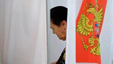 Избиратель в единый день голосования на избирательном участке в Краснодаре. Архивное фото