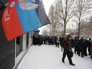 Люди на улице Донецка. Архивное фото