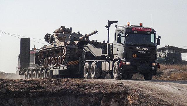 Грузовик, перевозящий турецкую военную технику, в районе турецко-сирийской границы. Архивное фото