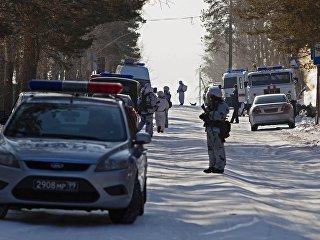 Автомобили спецслужб в микрорайоне Сосновый бор города Улан-Удэ, где произошло нападение на учеников и преподавателя школы №5. 19 января 2018