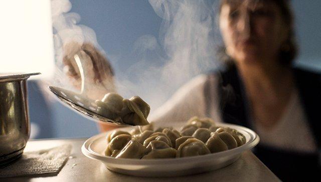 Женщина готовит пельмени в пельменной Сидоровъ в Омске