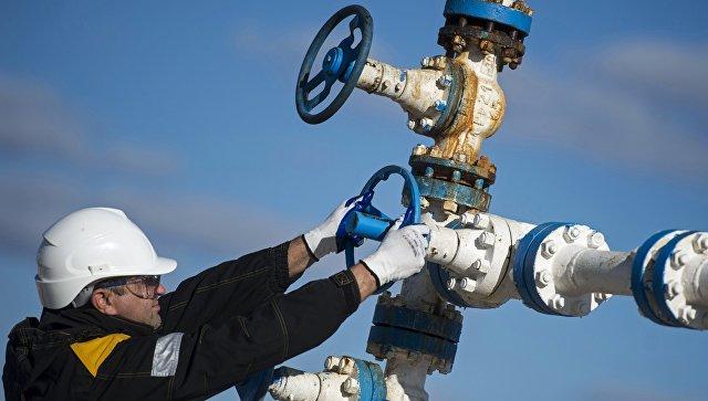 Сотрудники нефтедобывающего предприятия. Архивное фото